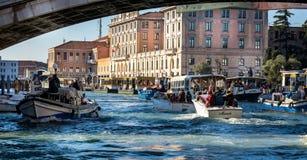 Congestione della barca su Grand Canal a Venezia, Italia immagini stock libere da diritti
