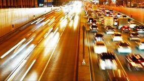 Congestione di trasporto di traffico di automobile sulla via della città alla notte archivi video