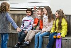 Congettura dei bambini che amico mostra Immagini Stock Libere da Diritti