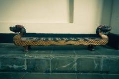 Congklak als eins des traditionellen Spiels gemacht vom Holz und von Linsen angezeigt auf Batik-Museum Foto eingelassenes Pekalon lizenzfreie stockbilder