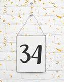 congratulati de la fiesta de aniversario del cumpleaños de 34 treinta y cuatro años imagen de archivo