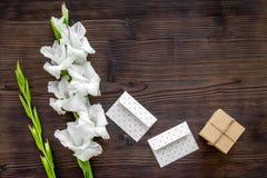 congratulation Envelopes e caixa no papel de embalagem perto do tipo de flor da flor no copyspace de madeira da opinião de tampo  foto de stock royalty free