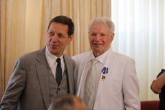 Congratulazione a B. Lagutin dal delegato Prime Minister della Federazione Russa Alexander Zhukov, il presidente del Russi Fotografie Stock Libere da Diritti