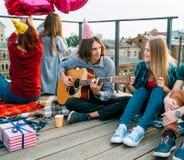 Congratulazione del ragazzo della chitarra di canzone di buon compleanno immagine stock libera da diritti
