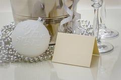 Congratulazioni che scrivono carta con la palla di Natale Fotografia Stock