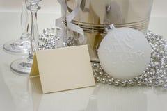 Congratulazioni che scrivono carta con la palla di Natale Fotografia Stock Libera da Diritti