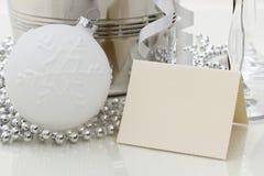 Congratulazioni che scrivono carta con la palla di Natale, perle, vetri Immagini Stock