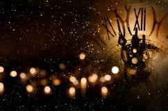 Congratulazioni del nuovo anno con l'orologio immagine stock libera da diritti
