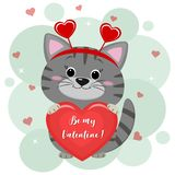 Congratulazioni il giorno del biglietto di S. Valentino s Un gattino grigio sveglio in una fascia con i cuori si siede e tiene un illustrazione di stock