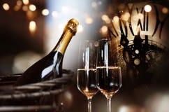 Congratulazioni per il nuovo anno con champagne e l'orologio fotografia stock