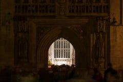 Congregados que dejan a Navidad la masa de medianoche en la abadía del baño Imagen de archivo