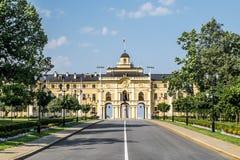 Congres宫殿康斯坦丁宫殿在Strelna在一个晴朗的夏天d 免版税库存照片