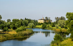Congres Slott-Constantine slott i Strelna på en solig sommar D Arkivbilder