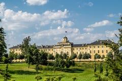 Congres Slott-Constantine slott i Strelna på en solig sommar D Arkivbild