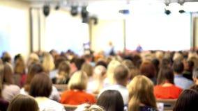 Congresso È molta gente nel corridoio La gente ad una conferenza video d archivio
