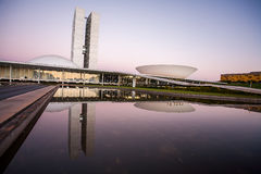 Congresso nazionale brasiliano al crepuscolo con le riflessioni sul LAK immagini stock libere da diritti