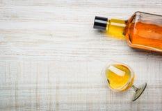 Conhaque Brandy Bottle e espaço da cópia de Glas Fotografia de Stock Royalty Free