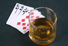 Conhaque e jogar-cartões em uma tabela para um póquer Imagens de Stock Royalty Free