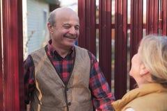Conhecer os vizinhos nas casas de campo na vila imagem de stock royalty free