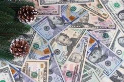 Coni americani dei rami dell'abete dei dollari del fondo di Natale Fotografia Stock