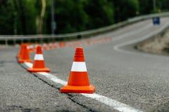 Coni arancio luminosi di traffico Fotografie Stock