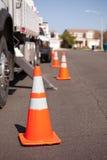 Coni arancioni di rischio e camion pratico in via Fotografia Stock Libera da Diritti