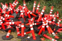 Coni arancioni di sicurezza lungo la strada principale Fotografia Stock Libera da Diritti