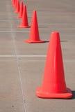 Coni arancioni luminosi di traffico nella riga Fotografie Stock Libere da Diritti