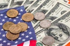 coni con le banconote del dollaro sulla bandiera dell'america Fotografie Stock