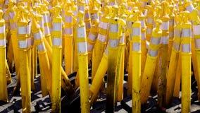 Coni d'avvertimento della strada gialla Fotografia Stock