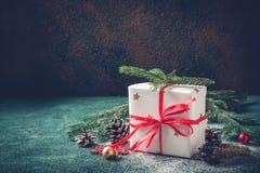 Coni decorata del contenitore di regalo di Natale e delle conifere festivi dell'albero Immagine Stock