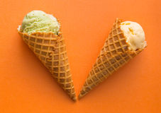 Coni della cialda con il gelato di gelato della vaniglia e del pistacchio Immagini Stock