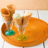 Coni della cialda con il gelato italiano di gelato della vaniglia e del pistacchio Immagini Stock Libere da Diritti