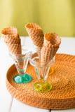Coni della cialda pronti per il gelato servente di gelato Immagini Stock Libere da Diritti