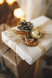 Coni di abete e regalo del pallone Fotografia Stock Libera da Diritti