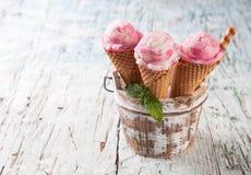 Coni di gelato della fragola, del cioccolato, della vaniglia e del pistacchio sopra priorità bassa bianca Fotografie Stock