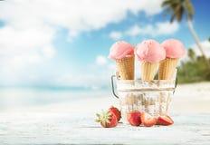 Coni di gelato della fragola, del cioccolato, della vaniglia e del pistacchio sopra priorità bassa bianca Fotografie Stock Libere da Diritti