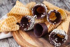 Coni di gelato della fragola, del cioccolato, della vaniglia e del pistacchio sopra priorità bassa bianca Immagine Stock Libera da Diritti