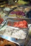 Coni di gelato della fragola, del cioccolato, della vaniglia e del pistacchio sopra priorità bassa bianca Immagini Stock