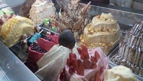 Coni di gelato della fragola, del cioccolato, della vaniglia e del pistacchio sopra priorità bassa bianca immagine stock
