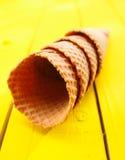 Coni di gelato sulla tabella gialla Fotografie Stock Libere da Diritti