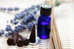 Coni di incenso ed olio aromatherapy Fotografie Stock Libere da Diritti