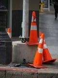 Coni di traffico sul bordo della strada Fotografie Stock Libere da Diritti