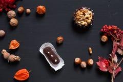 Coni dolci della pasticceria matti su un fondo nero z x fotografia stock libera da diritti