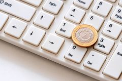 Coni due pesi sul primo piano della tastiera Il concetto dell'affare online argentino Guadagni online Investimenti cripto di valu immagini stock libere da diritti