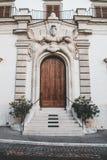 Coni dziwny przyglądający drzwi z twarzą fotografia royalty free