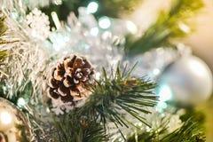 Coni e palle dell'argento sull'albero di Natale Fotografia Stock