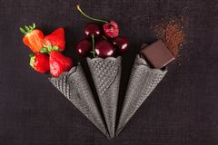 Coni gelati con la frutta fresca Fotografia Stock