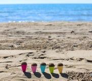 coni gelati del giocattolo sulla spiaggia con la sabbia Immagine Stock Libera da Diritti