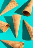 Coni gelati della cialda su un fondo solido con illuminazione di modo fotografia stock libera da diritti